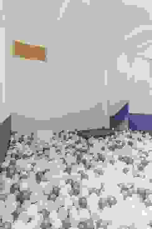 Phòng trẻ em phong cách hiện đại bởi 피앤이(P&E)건축사사무소 Hiện đại