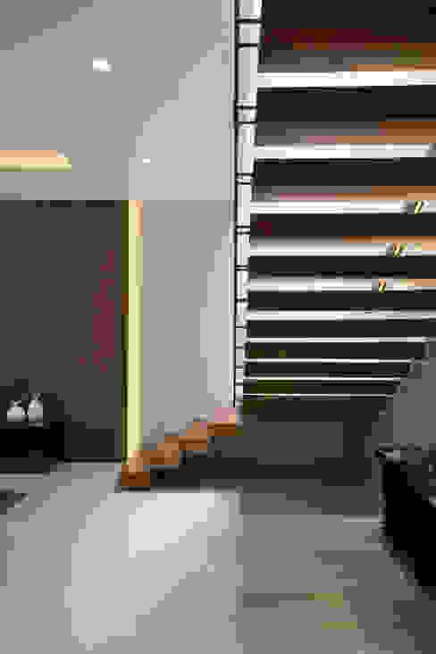 熱帶式走廊,走廊和樓梯 根據 Simple Projects Architecture 熱帶風 合板