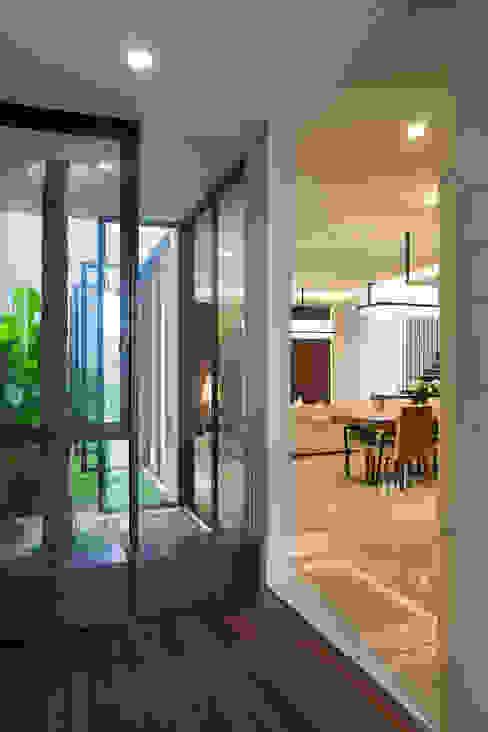 熱帶式走廊,走廊和樓梯 根據 Simple Projects Architecture 熱帶風 木頭 Wood effect