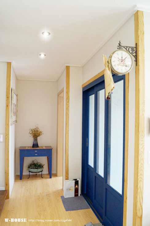 Pasillos y hall de entrada de estilo  por W-HOUSE,