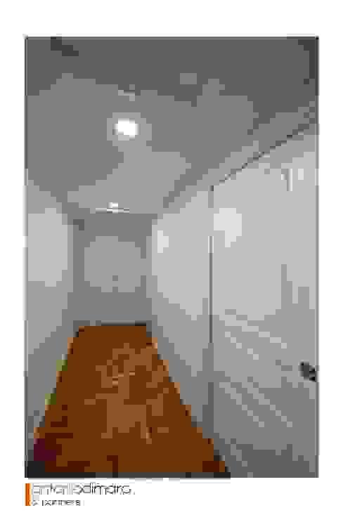 Corridoio antoniodimaro + Partners Ingresso, Corridoio & Scale in stile moderno Legno massello Bianco