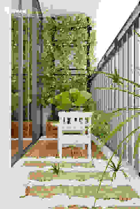 "SEASON AVENUE, ĐẠI LỘ 4 MÙA - ""MÙA HẠ MIỀN NHIỆT ĐỚI"" Jardins tropicais por Green Interior Tropical Derivados de madeira Transparente"