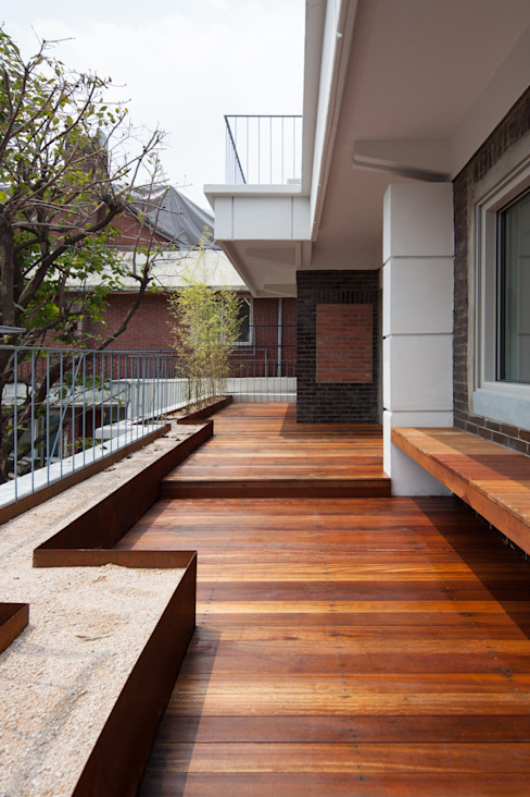 Balcones y terrazas de estilo moderno de 서가 건축사사무소 Moderno