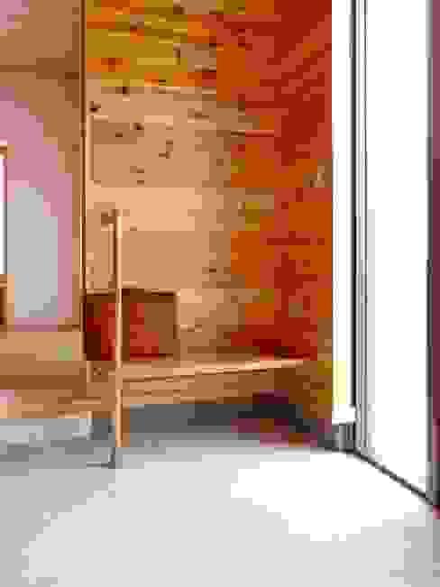隨意取材風玄關、階梯與走廊 根據 株式会社青空設計 隨意取材風