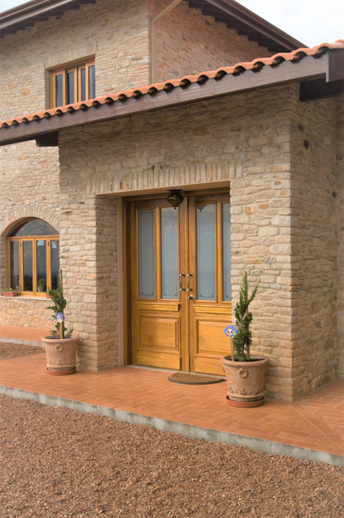 Tikkanen arquitetura Rustic style corridor, hallway & stairs Stone Amber/Gold
