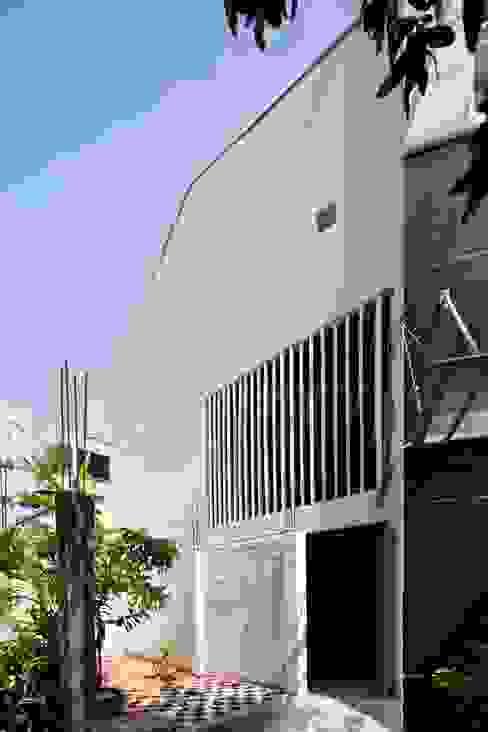 a21house Tường & sàn phong cách hiện đại bởi a21studĩo Hiện đại