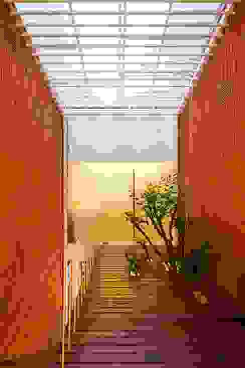 Corridor, hallway by a21studĩo, Modern