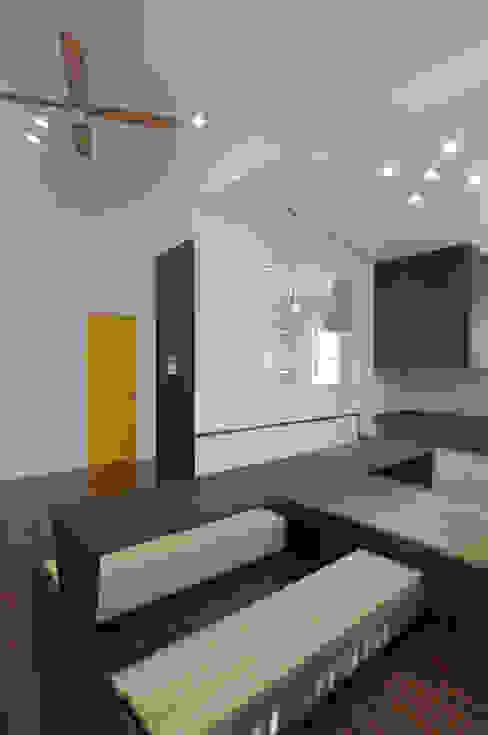 23坪のお家に色色 hacototo design room モダンデザインの リビング 木 多色
