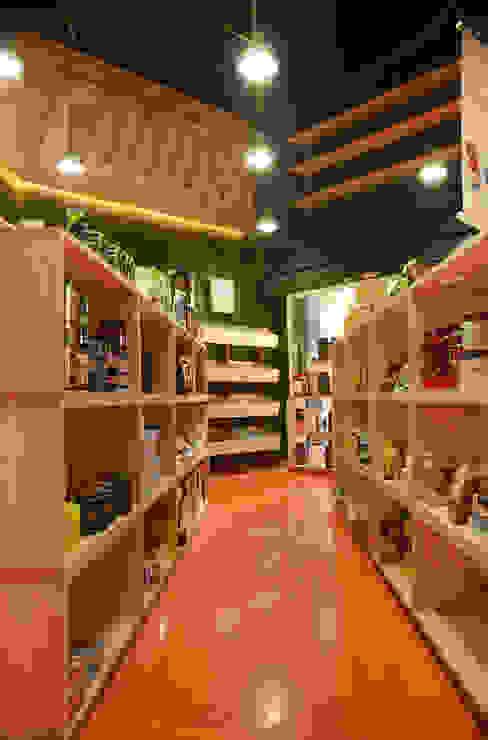 Oficinas y Tiendas de estilo  por homify, Industrial Madera Acabado en madera