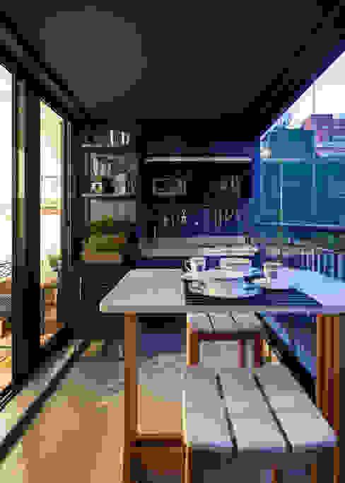 Cozinha pequena Azul Moderna e Contemporânea por Decoradoria Moderno Madeira Efeito de madeira