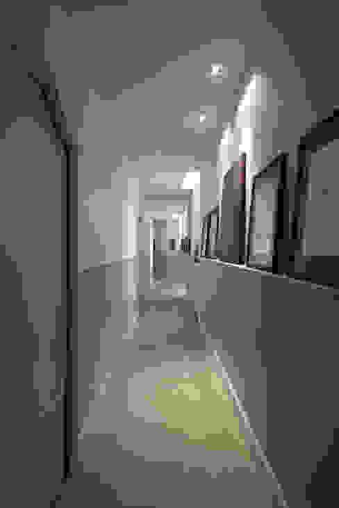 corrioio Costa Zanibelli associati Ingresso, Corridoio & Scale in stile classico Cemento Beige