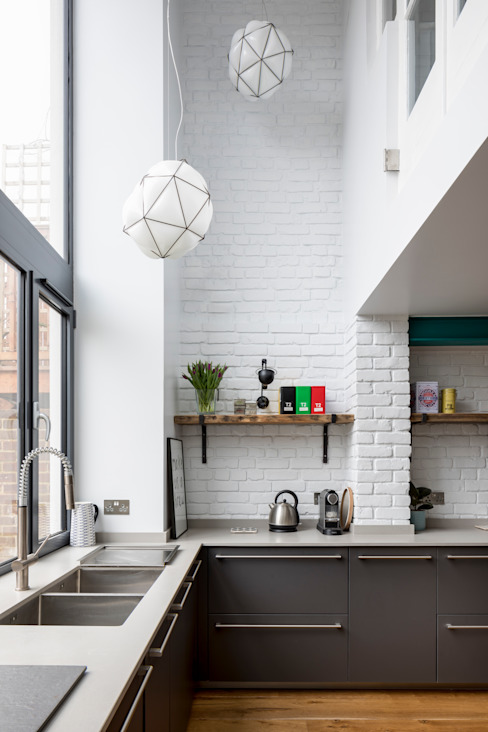 Modern Industrial Kitchen with reclaimed shelves bởi JMdesign Công nghiệp