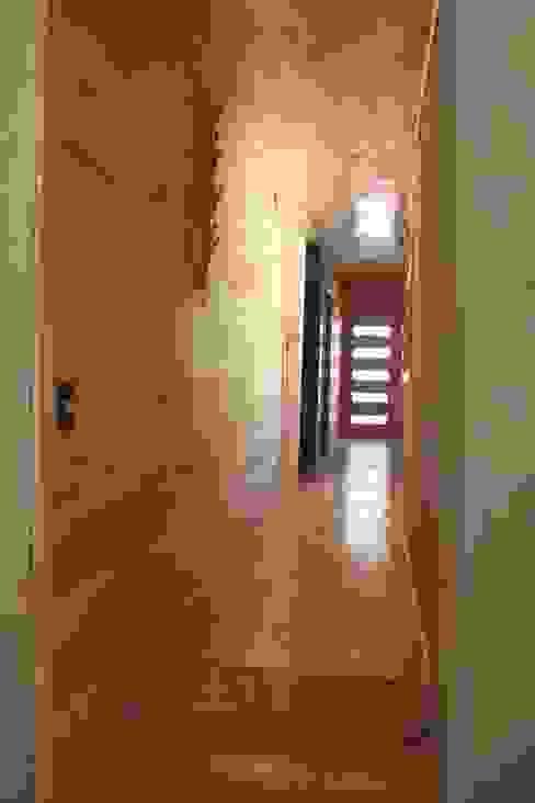 CASA DE FARDOS, FUNDO MILLACO, PICHILEMU Pasillos, halls y escaleras rústicos de KIMCHE ARQUITECTOS Rústico Madera Acabado en madera