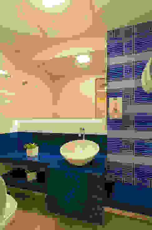 Lavabo surpreendente Banheiros modernos por Bernal Projetos - Arquitetos em Salvador Moderno Vidro