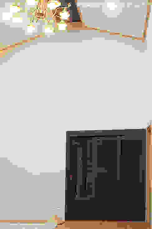 现代客厅設計點子、靈感 & 圖片 根據 W-HOUSE 現代風 石灰岩