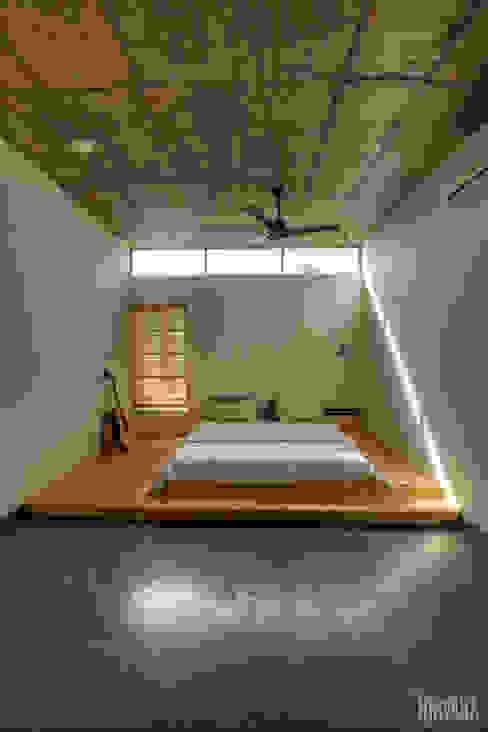 Tropical home 1 Studio Nirvana Tropical style bedroom