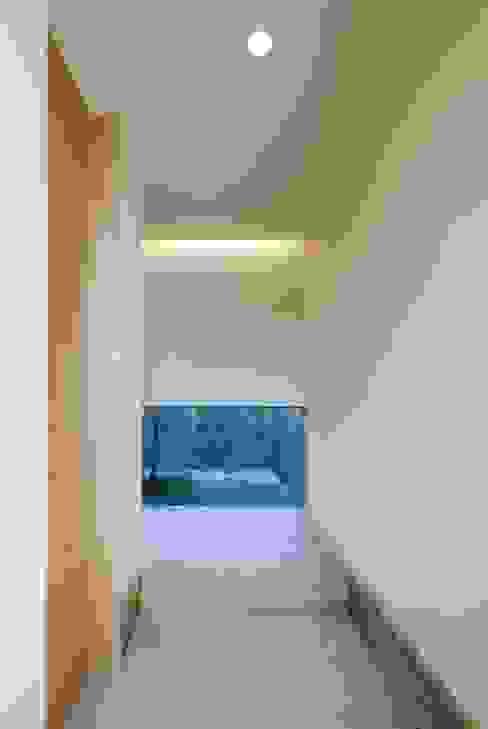 長岡京の家Ⅱ: 吉川弥志設計工房が手掛けた廊下 & 玄関です。,モダン