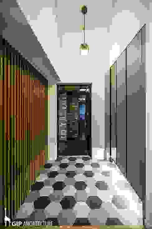 現代風玄關、走廊與階梯 根據 GIP 現代風