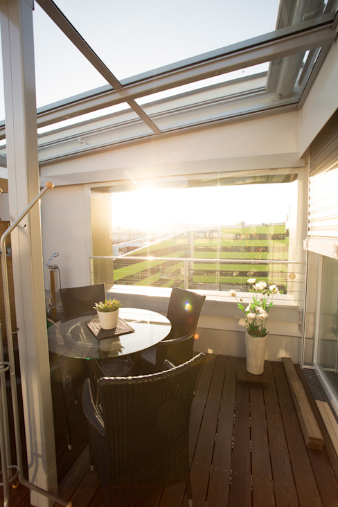 Glasdach mit seitlichen Schiebefenstern als Windschutz Schmidinger Wintergärten, Fenster & Verglasungen Moderner Balkon, Veranda & Terrasse Glas Grau
