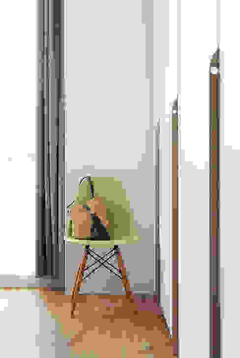 homify Scandinavian style bedroom Wood White