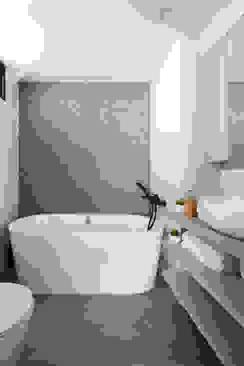 Eightytwo BathroomBathtubs & showers Grey