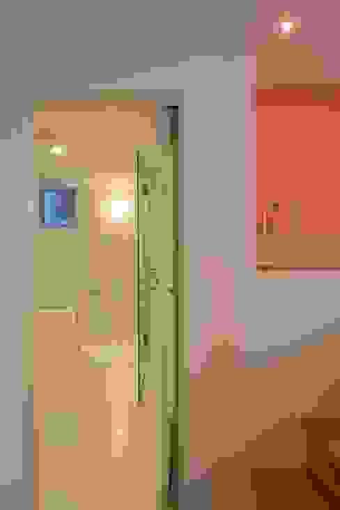下階 モダンスタイルの お風呂 の 有限会社角倉剛建築設計事務所 モダン