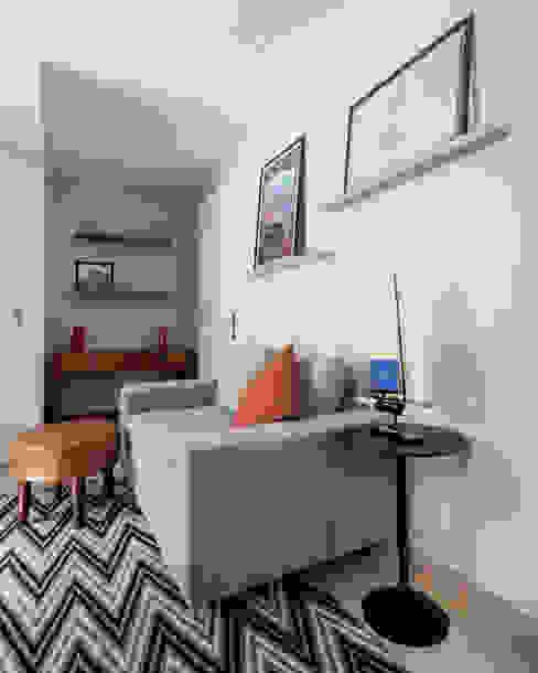 Sala de Estar Integrada com Hall de Entrada Moderna e Contemporânea Decoradoria Salas de estar modernas Derivados de madeira Cinza