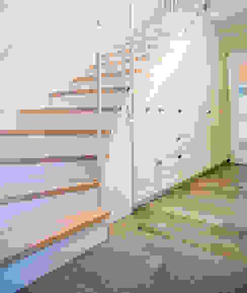 Treppenaufgang - spannende Materialkombination hysenbergh GmbH   Raumkonzepte Duesseldorf Flur, Diele & Treppenhaus im Landhausstil