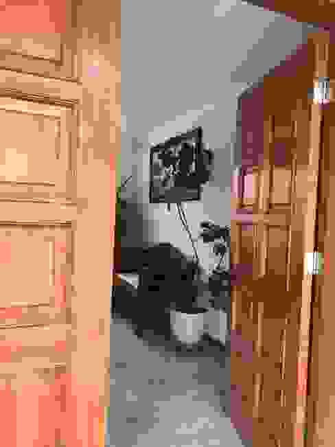 Puerta de acceso Pasillos, vestíbulos y escaleras clásicas de homify Clásico