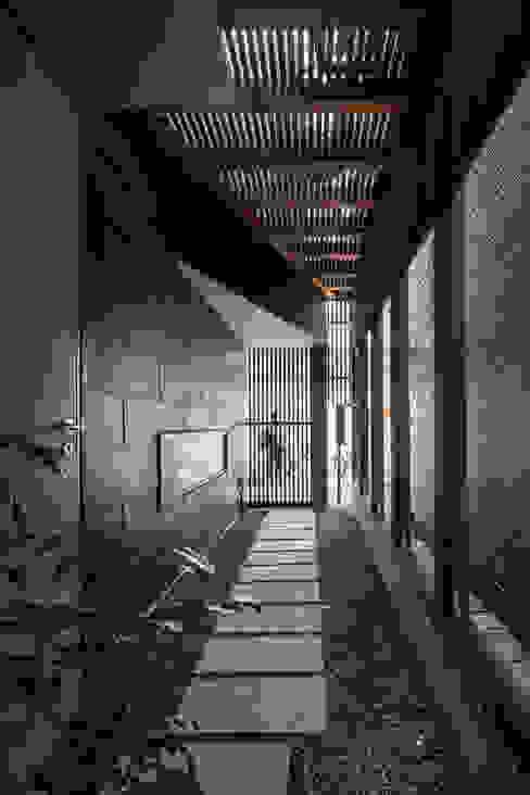 ろじのさき_玄関アプローチ モダンな 家 の 株式会社 ギルド・デザイン一級建築士事務所 モダン