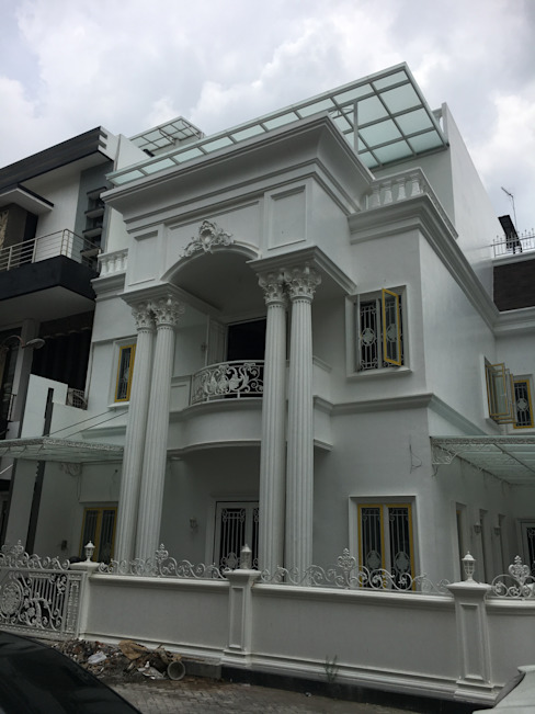 Classic style houses by Lighthouse Architect Indonesia Classic