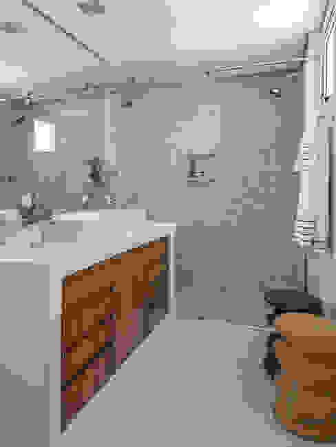 現代浴室設計點子、靈感&圖片 根據 Estúdio Paulo Alves 現代風