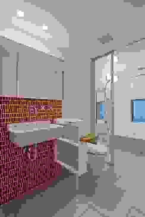 Casas de banho modernas por 株式会社 ギルド・デザイン一級建築士事務所 Moderno