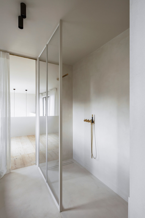 Materiali autentici, caldi e leggeri per un appartamento moderno, ricavato da un ex birrificio IDEAL WORK Srl Bagno moderno