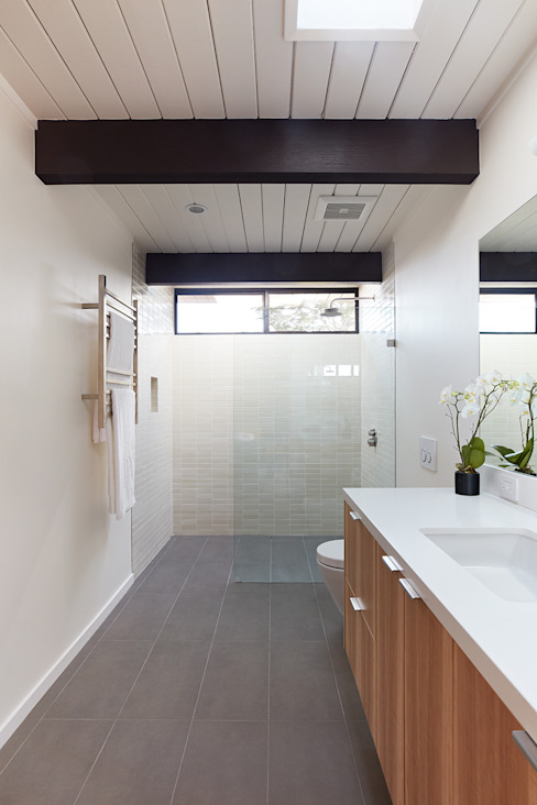 現代浴室設計點子、靈感&圖片 根據 Klopf Architecture 現代風