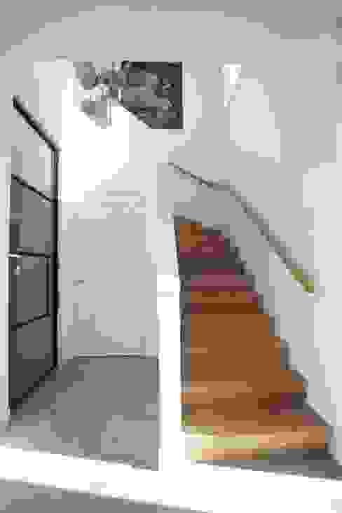 Modern Corridor, Hallway and Staircase by Thijssen Verheijden Architecture & Management Modern Wood Wood effect