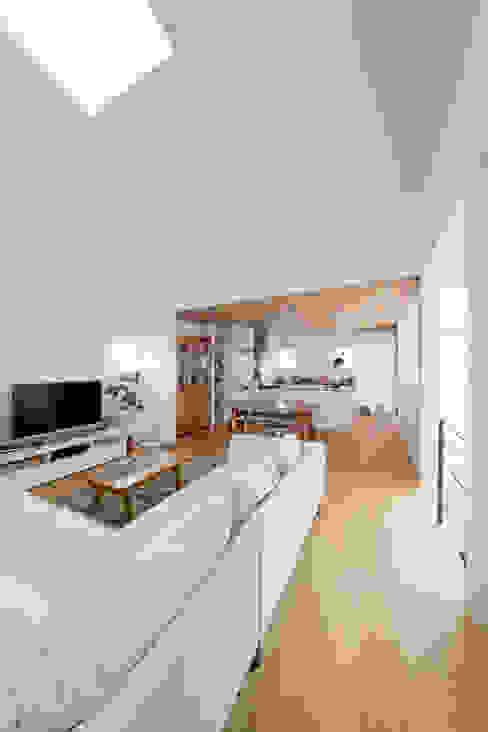 1.5階デッキのある家 北欧デザインの リビング の ラブデザインホームズ/LOVE DESIGN HOMES 北欧