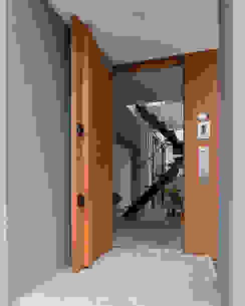 Eklektyczny korytarz, przedpokój i schody od ラブデザインホームズ/LOVE DESIGN HOMES Eklektyczny