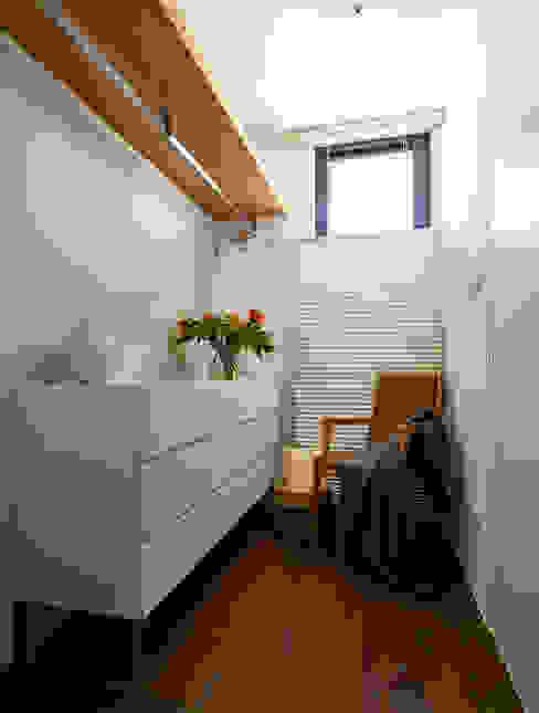 Walk in closet de estilo  por 樸十設計有限公司 SIMPURE Design
