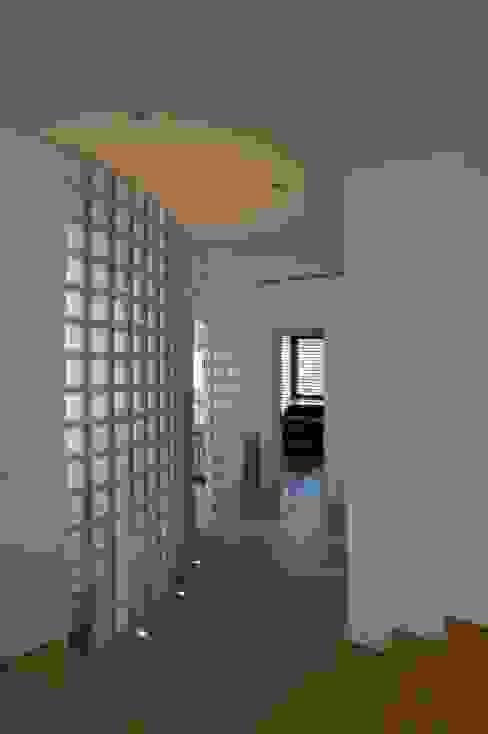 Modern corridor, hallway & stairs by Studio Marastoni Modern
