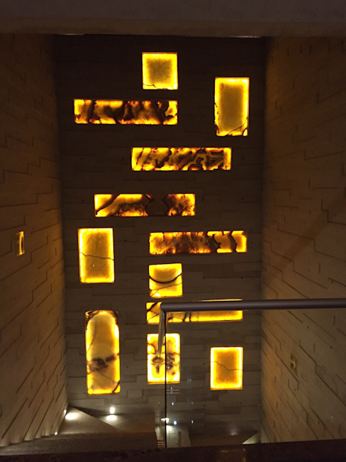 Muro Esaleras en Onix naranja iluminado MEHOMEDECOR Pasillos, vestíbulos y escaleras modernos Concreto Ámbar/Dorado