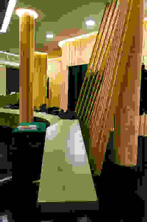 Loja de ready-to-wear e perfumes no centro hist´órico de Guimarães - Caos e o Enquadramento Lojas e Espaços comerciais modernos por Office of Feeling Architecture, Lda Moderno