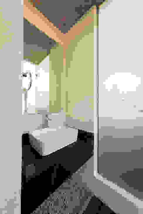 Modern bathroom by BCA Taller de Diseño Modern