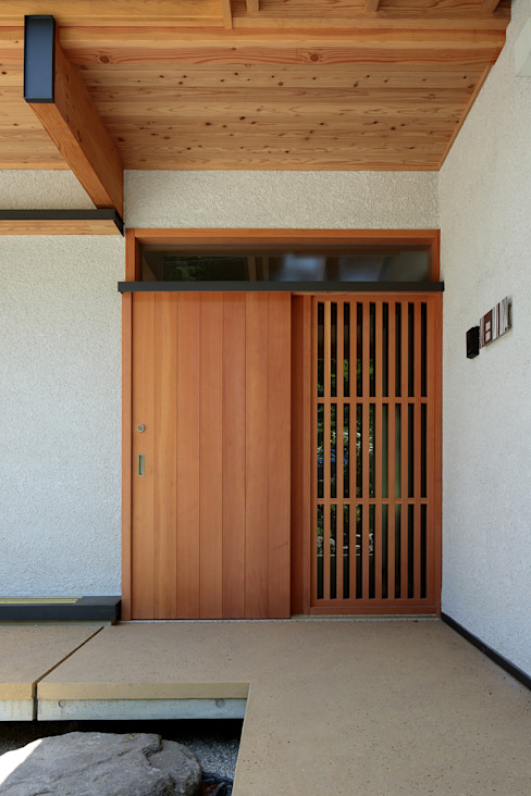 Scandinavian style doors by 山道勉建築 Scandinavian Wood Wood effect