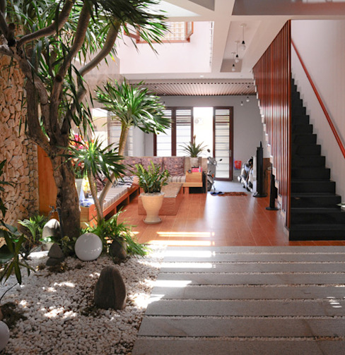 Thiết Kế Nhà Ống 3 Tầng Hướng Nội, Chan Hòa Với Thiên Nhiên:  Phòng khách by Công ty TNHH Xây Dựng TM – DV Song Phát, Hiện đại