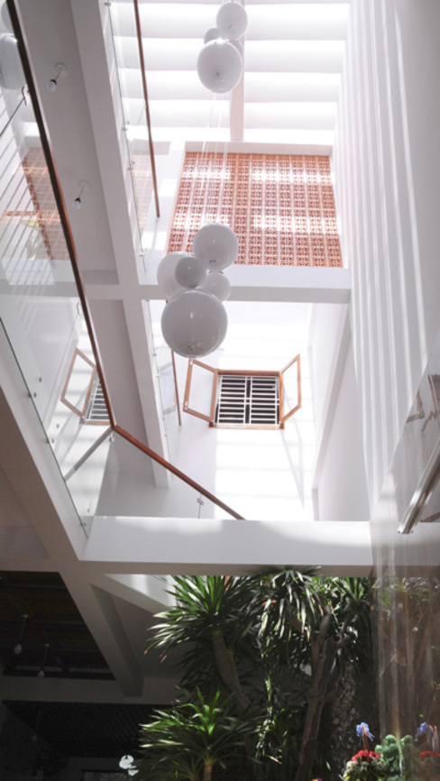 Thiết Kế Nhà Ống 3 Tầng Hướng Nội, Chan Hòa Với Thiên Nhiên:  Hiên, sân thượng by Công ty TNHH Xây Dựng TM – DV Song Phát, Hiện đại