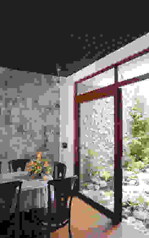 Thiết Kế Nhà Ống 3 Tầng Hướng Nội, Chan Hòa Với Thiên Nhiên Công ty TNHH Xây Dựng TM – DV Song Phát Phòng ăn phong cách hiện đại