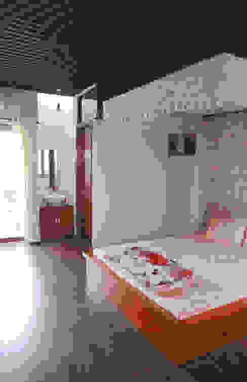 Thiết Kế Nhà Ống 3 Tầng Hướng Nội, Chan Hòa Với Thiên Nhiên Công ty TNHH Xây Dựng TM – DV Song Phát Phòng ngủ phong cách hiện đại