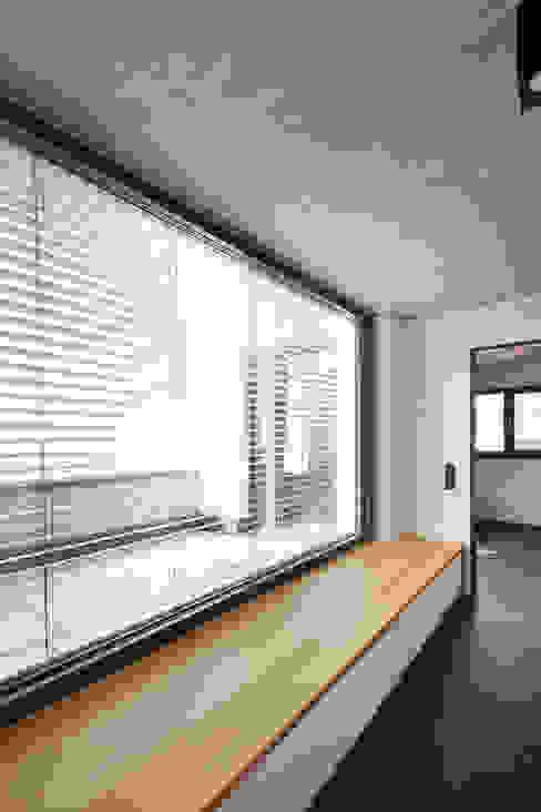 Flur Architekturbüro zwo P Moderner Flur, Diele & Treppenhaus