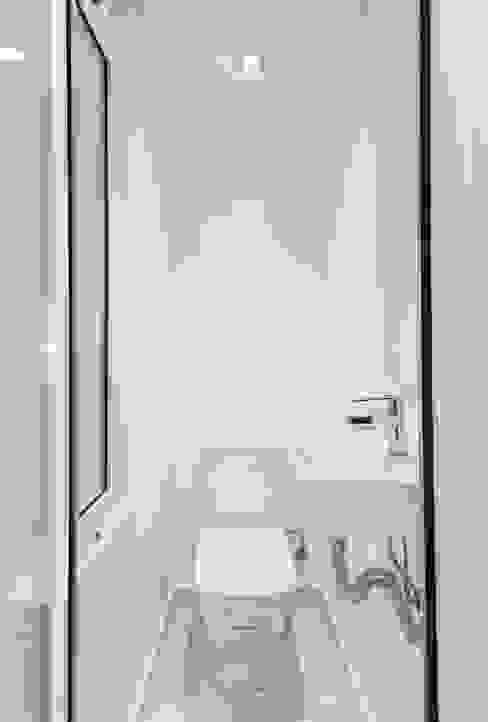 Apartamento en Poble Sec Baños de estilo mediterráneo de Gramil Interiorismo II - Decoradores y diseñadores de interiores Mediterráneo
